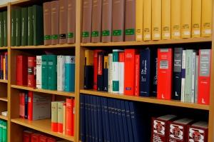 Regal mit Gesetzestexten