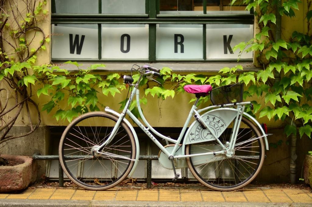 Fahrrad vor Fenster