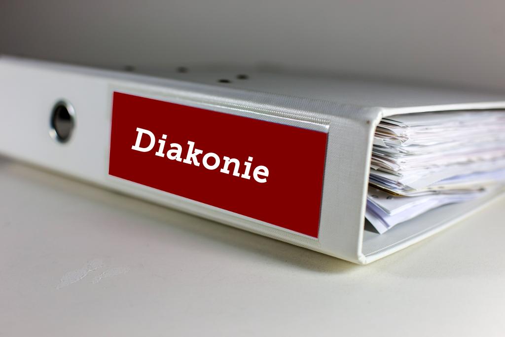 Ein Foto eines Ordners mit der Aufschrift Diakonie