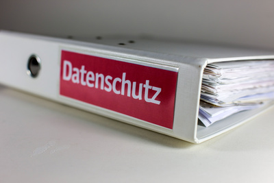 Aktenordner mit Aufschrift Datenschutz