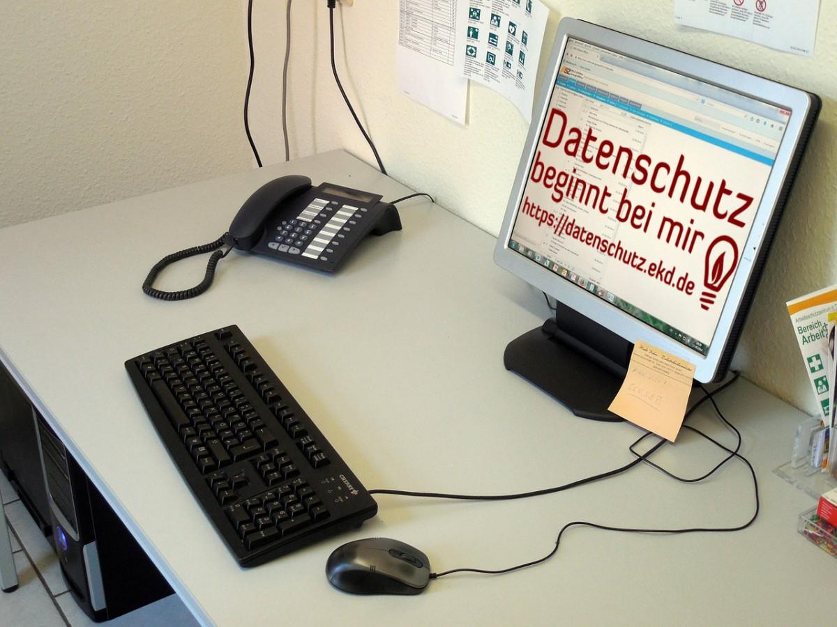 Arbeitsplatz mit Tastatur, Maus, Monitor und Telefon