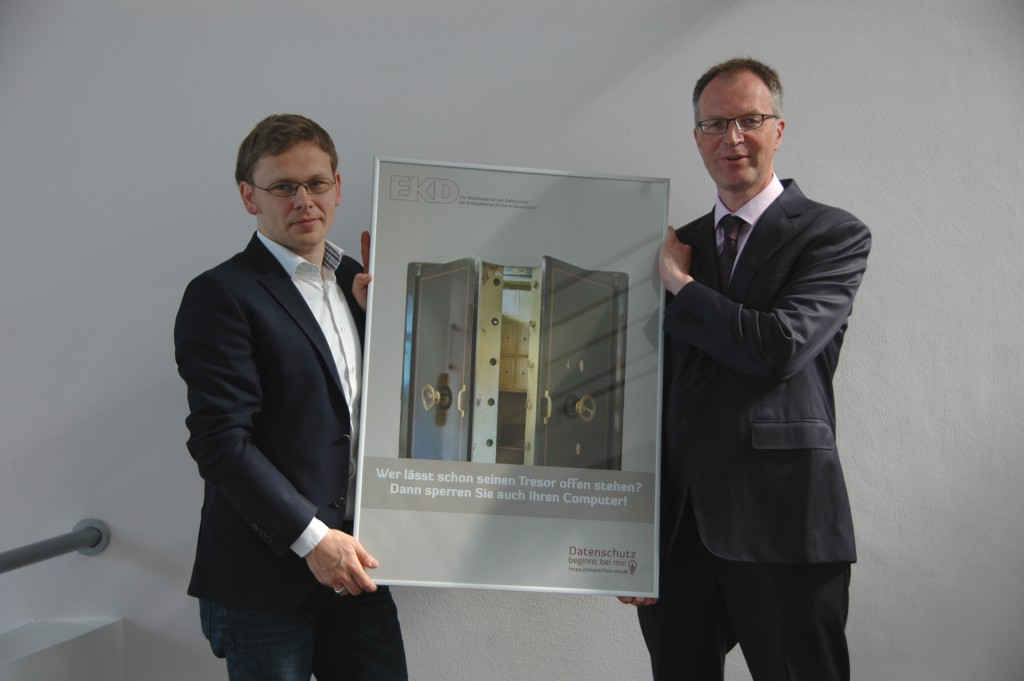 Dr. Hans Ulrich Anke (Präsident des Kirchenamtes der EKD) und Dr. Sascha Tönnies (Vertreter des Beauftragten für den Datenschutz der EKD) beim Start der Poster-Kampagne im Kirchenamt der EKD.
